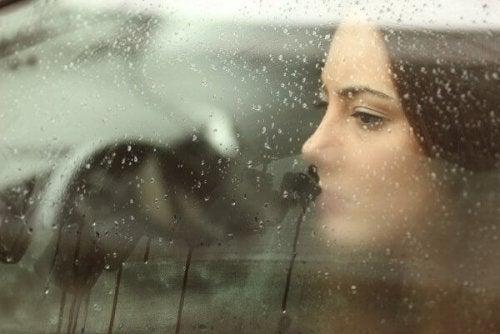 camdan bakan kadın ve duygusal mantık