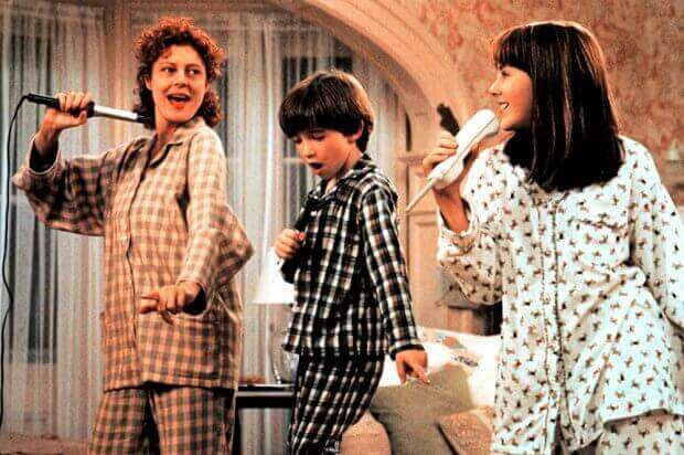 çocuklarıyla şarkı söyleyen anne