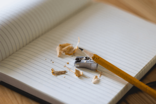 defter üzerinde kurşun kalem
