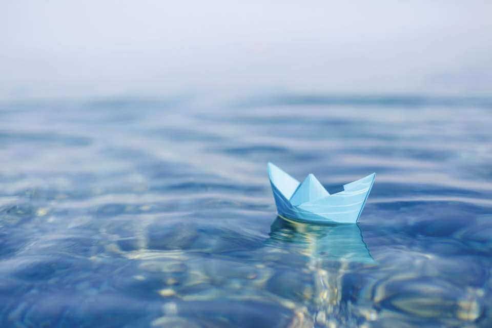 denizde yüzen kağıttan gemi