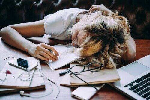 çalışırken masada uyuyakalmış kadın