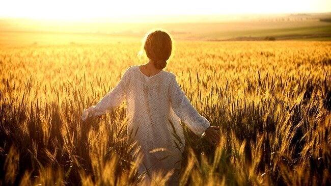 kadın buğday tarlasında