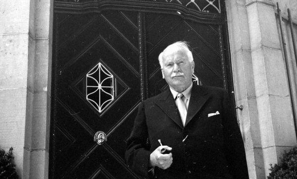 kapı önünde adam