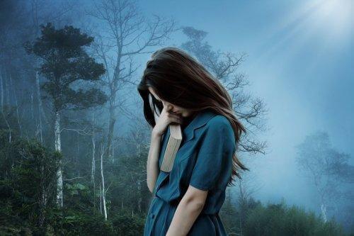 kederli kadın ormanda