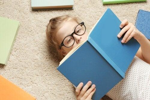 kitap okuyan gözlüklü kız