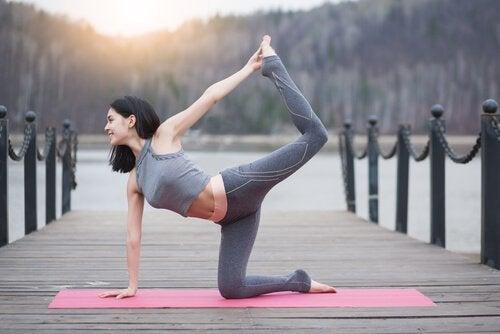 iskelede yoga yapan kadın