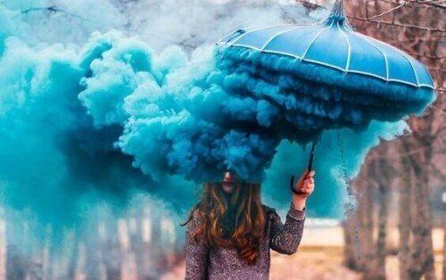 mavi şemsiye mavi duman altında kadın duygularınız