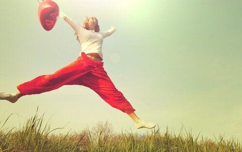 zıplayan balonlu kız