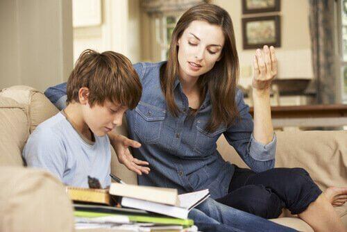 oğluna ders çalıştıran anne