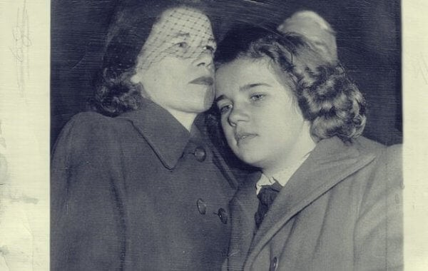 sally annesine kafasını yaslıyor