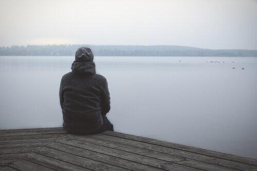 kıyıda montla oturan adam