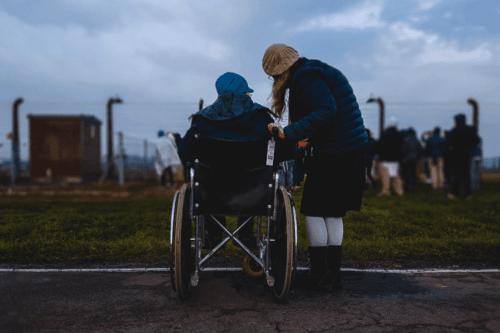 tekerlekli sandalyede dostlar