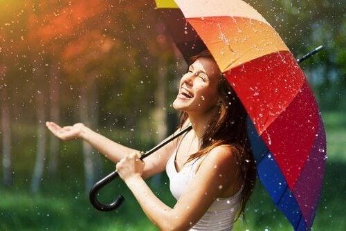 yağmurda eğlenen kız