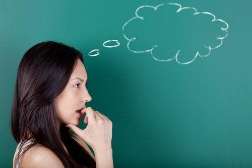 yazı tahtasının önünde düşünen kadın