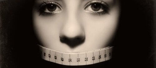 ağzı kapalı bir kadın