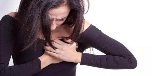 göğsü ağrıyan kadın