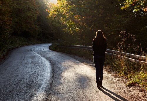 başarısız olmuş, yalnız yürüyen bir kadın