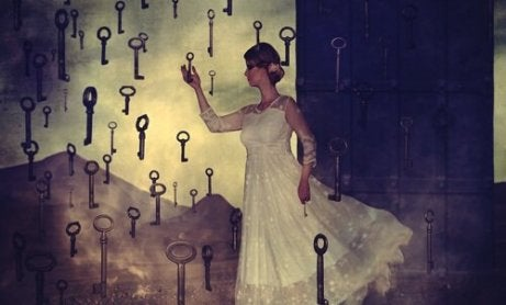 anahtarlar içinde kadın