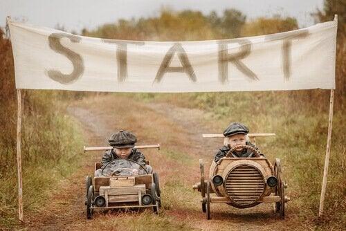araba yarışı yapan çocuklar