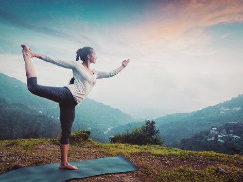 yoga pozu veren kadın