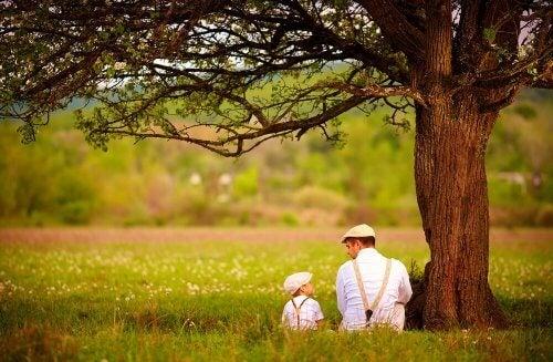 baba oğul ormanda oturuyor