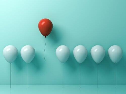 beyaz ve kırmızı balon
