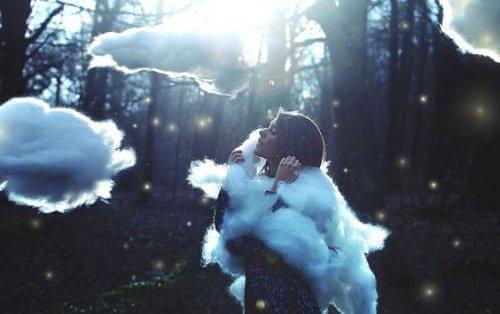bulutlarla çevrili kadın