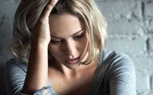 endişeyle düşünen kadın