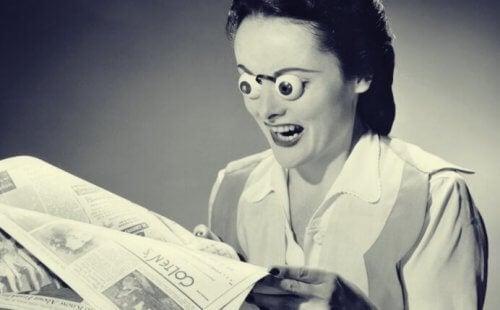 gazete okuyan kadın