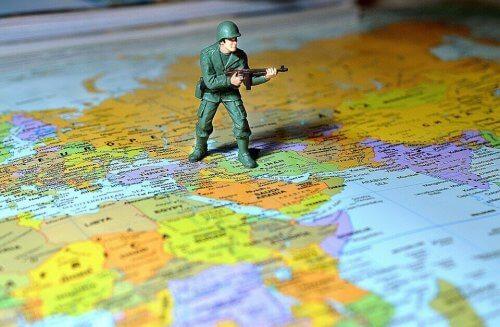 harita üzerinde asker maketi
