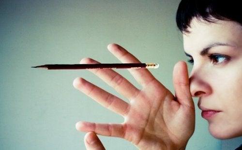 kurşun kaleme bakan kadın