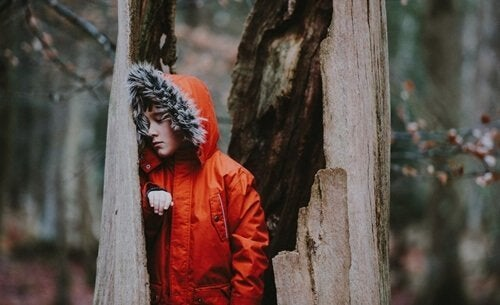 kırmızı montlu çocuk