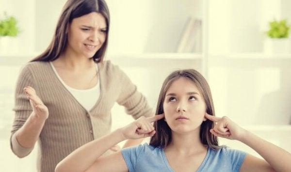 kızını yemesi için zorlayan anne