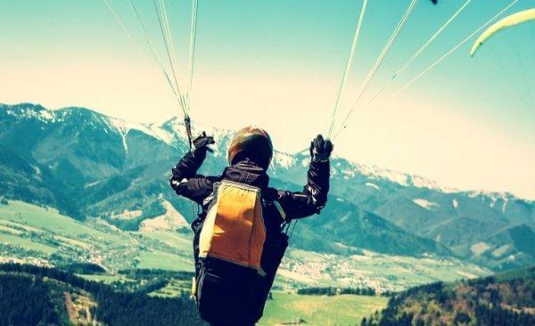 paraşütle atlayan adam