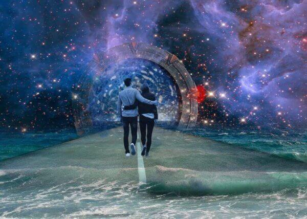 samanyolunda yürüyüş yapan çift