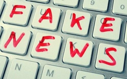 yalan haber yazan klavye
