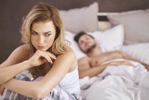 yatakta mutsuz kadın