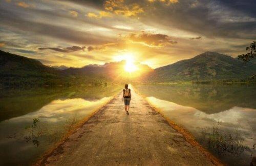 aydınlık yolda yürüyen kadın