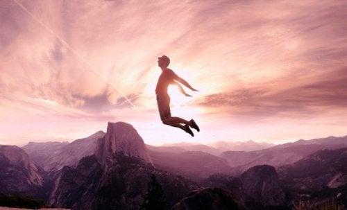 dağın tepesinde zıplayan adam