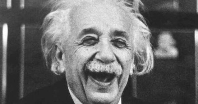 Albert Einstein gülüyor