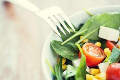 beslenme ve salata yemek