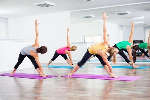 bikram yoga yapan kişiler