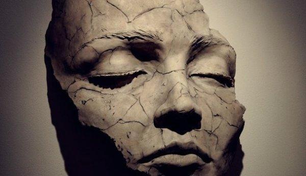 kilden çatlamış maske