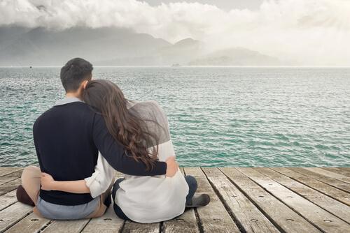 erkek ve kadın su kenarında