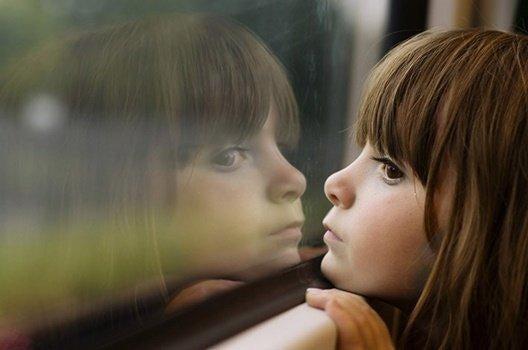 pencereden dışarı bakan çocuk