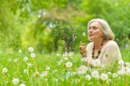 çiçekler içinde yaşlı kadın