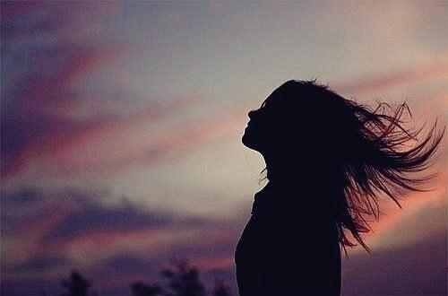 gökyüzüne bakan kız
