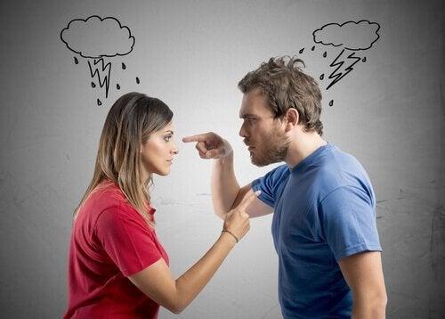 birbirini parmakla gösteren tartışan insanlar