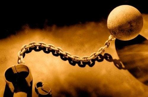 ayağa takılan gülleli zincir