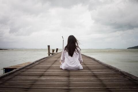 Denize bakarak oturan kadın